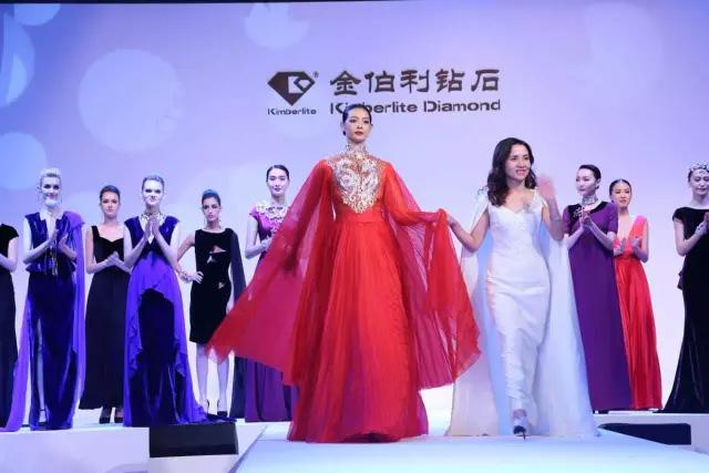 设计总监朱文俊女士出场向观众致谢