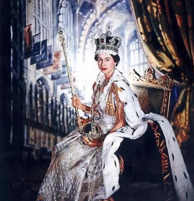 库里南钻石镶嵌在英女王的王冠权杖上