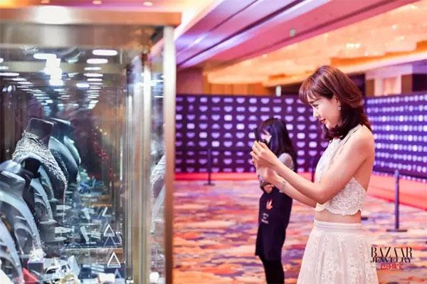"""知名演员孙耀琦女士观赏金伯利钻石高级珠宝""""鹤影"""""""