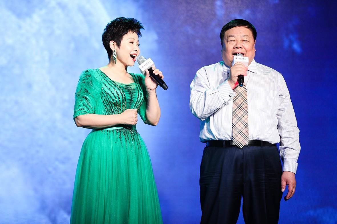 董文华与董事长共同演绎《十五的月亮》