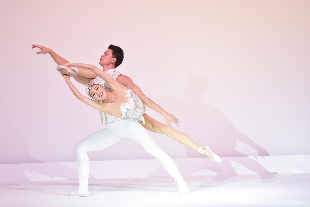 青年杂技演员《肩上芭蕾》