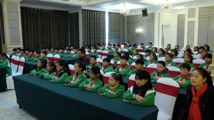 教师与学生代表参加捐赠仪式