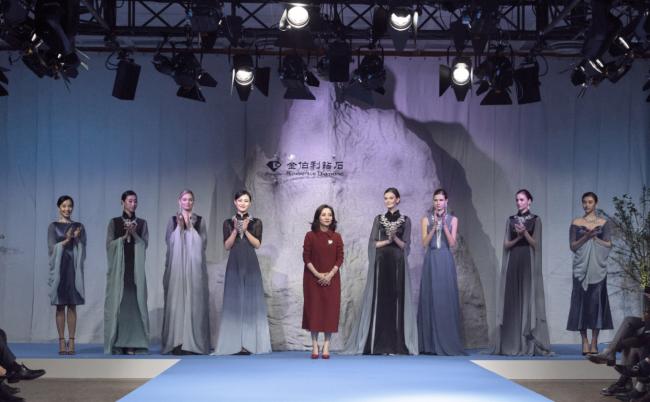 金伯利钻石集团首席设计师朱文俊女士携中外模特谢幕