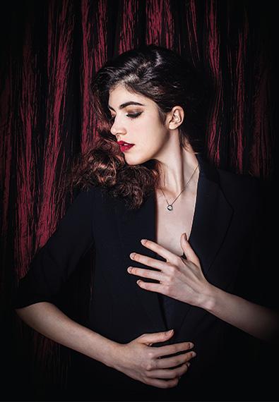 模特佩戴金伯利钻石项链《月亮女神》