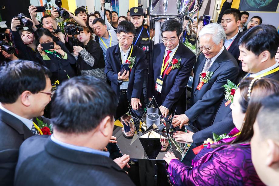 行业领导嘉宾与公司高层共同为50克拉珍钻揭幕