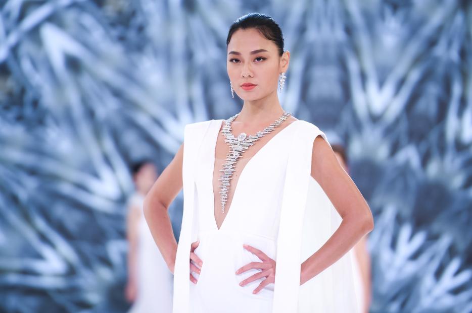 亚洲超模王丽雅在时节·奇境篇章压轴演绎-《月光女神》