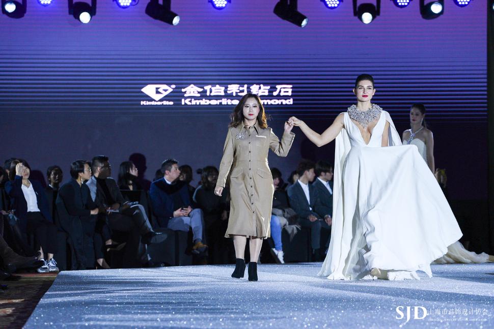 金伯利钻石资深设计师黄玮女士(左)