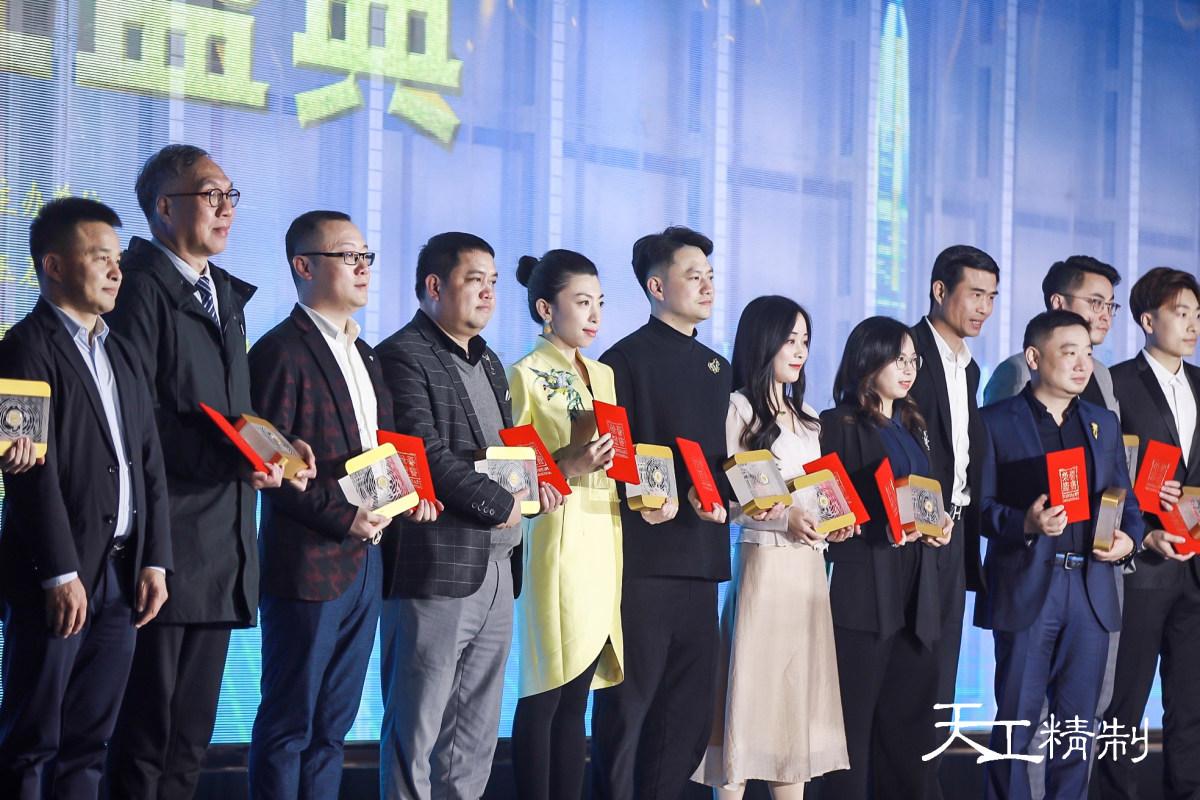 金伯利钻石集团研发经理黄玮女士(右5)领奖